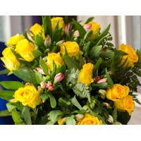 Bouquet of 15 yellow roses and astromelia