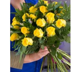 Buchet 15 trandafiri galbeni si astromelia